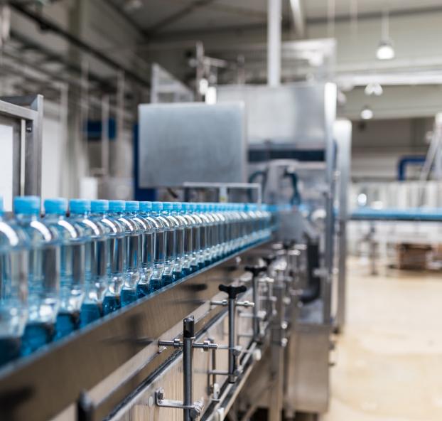 Ligne de production bouteilles d'eau usine déménagement industrie agroalimentaire production