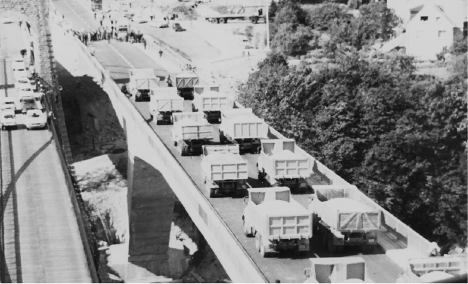 Camions pont marchandises Sotrama Lorient Bretagne construction architecture chantier