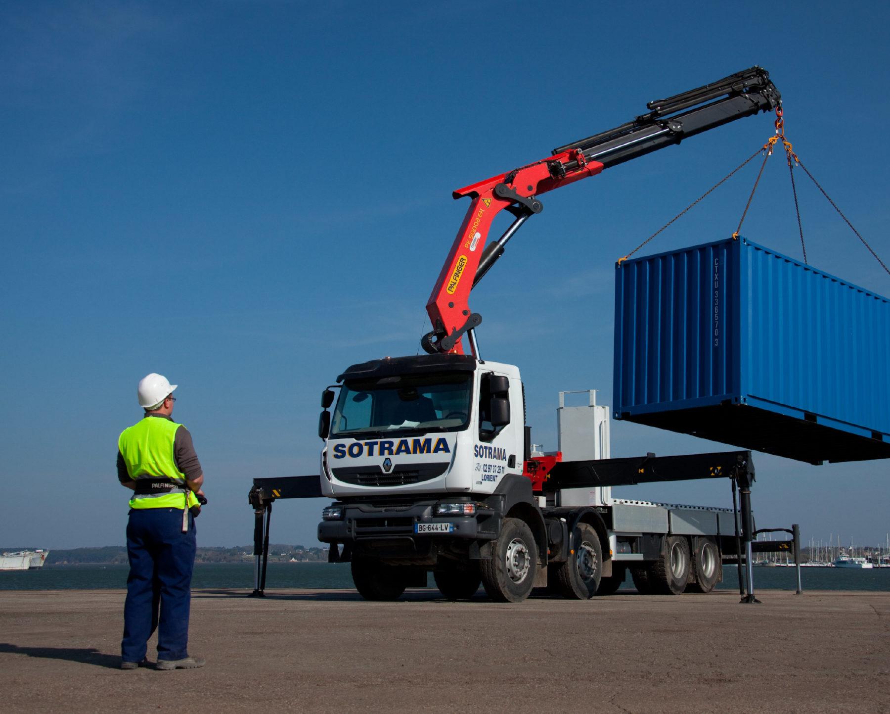 Service de location avec chauffeur de camions, de bennes aluminium ou enrochements, de portes-engins ou de camions bras de levage en Bretagne. Transport de matériaux de carrière, d'enrobés, de DIB.
