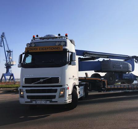 Camion convoi exceptionnel, transport masse indivisible. Picto camion porte engin. Engins TP, nacelles automotrices et télescopiques, matériel industriel. Transport de matériaux de carrière, d'enrobés, de DIB.